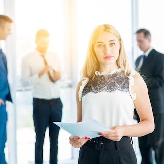 Bello documento della holding della donna di affari in ufficio