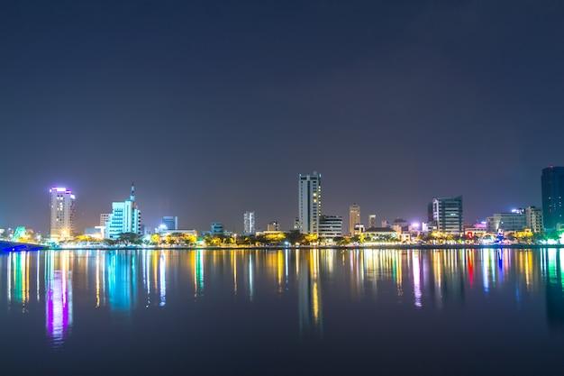 Bello ed illuminazione alla notte dentro, danang, vietnam