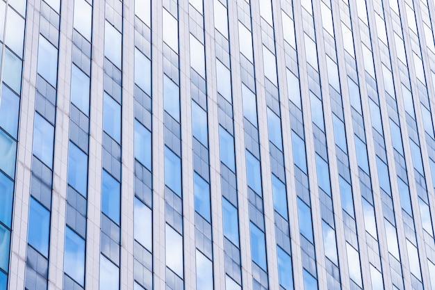 Bello edificio per uffici dell'architettura con forma della finestra di vetro