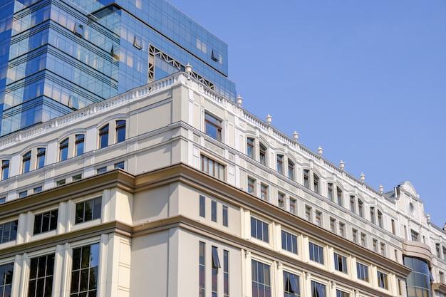 Bello edificio per uffici moderno a kiev
