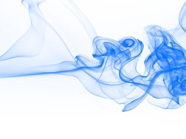 Bello estratto blu del fumo isolato su fondo bianco