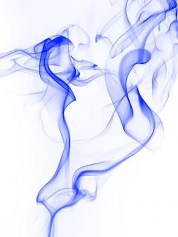 Bello estratto blu del fumo su fondo bianco