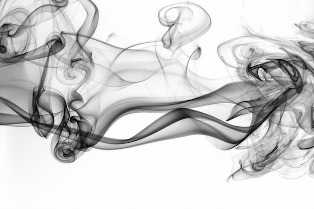 Bello estratto nero del fumo su fondo bianco, progettazione del fuoco