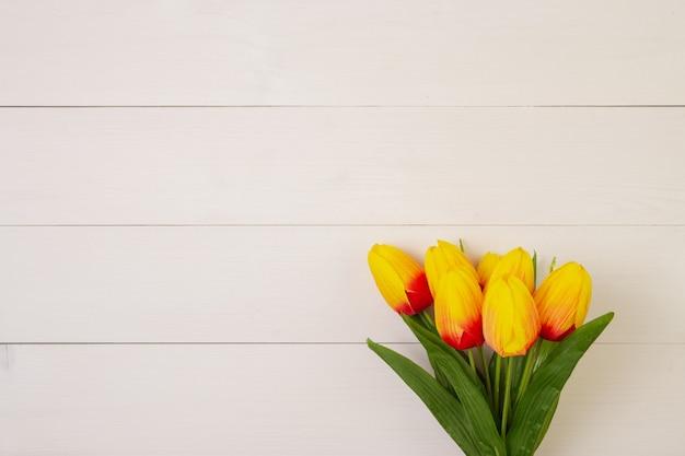 Bello fiore del tulipano su fondo di legno con romantico