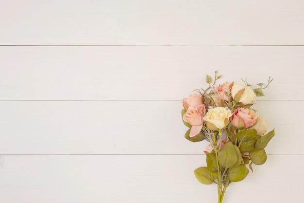 Bello fiore su fondo di legno con romantico, festa della mamma o giorno di s. valentino con il tono pastello, la primavera o il fondo della natura dell'estate per la decorazione, mazzo floreale per il regalo sullo scrittorio, concetto di festa.