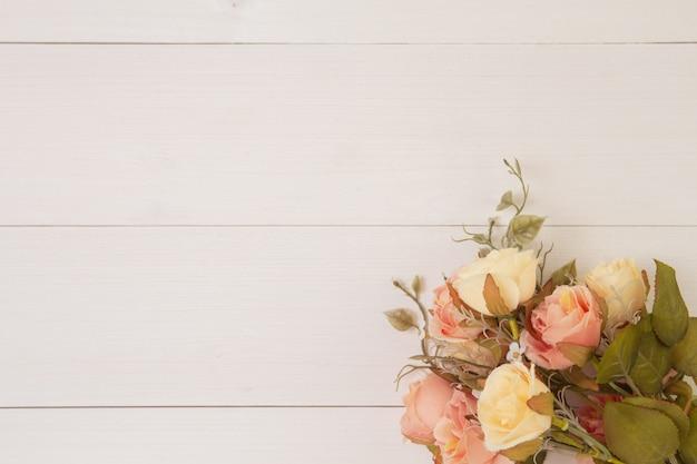 Bello fiore su fondo di legno con romantico