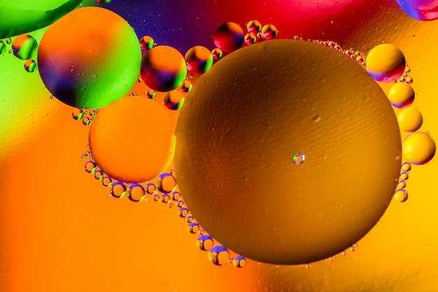 Bello fondo dell'estratto di colore da acqua e dall'olio mescolati.