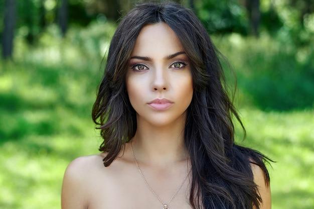Bello fronte della donna con pelle pulita perfetta - ritratto alto vicino