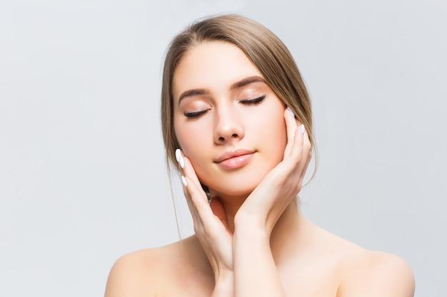 Bello fronte di giovane donna adulta con pelle fresca pulita isolata su bianco.