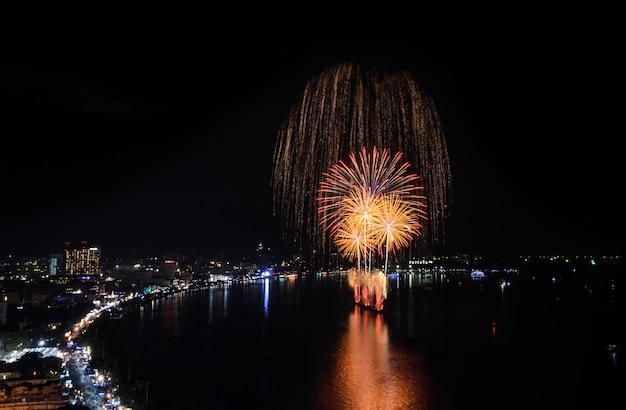 Bello fuoco d'artificio alla spiaggia di pattaya, tailandia