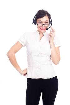 Bello giovane assistente di call center che sorride, isolato