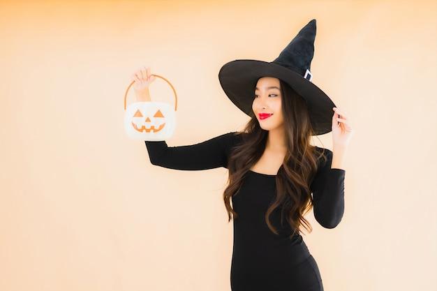 Bello giovane costume asiatico di halloween di usura della donna del ritratto