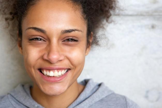 Bello giovane sorridere della donna dell'afroamericano