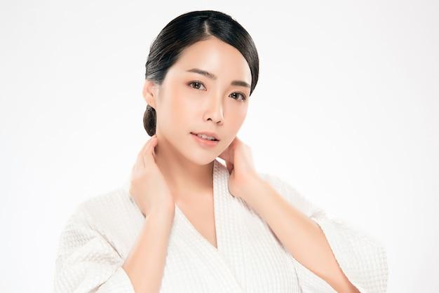Bello giovane sorriso asiatico della donna con pelle pulita e fresca. felicità e allegra, isolata on white, bellezza e cosmetica.