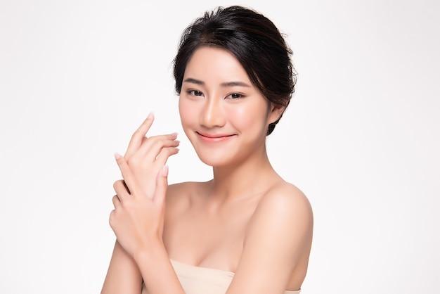 Bello giovane sorriso asiatico della donna con pelle pulita e fresca felicità e allegro, isolato su bianco, bellezza e cosmetici