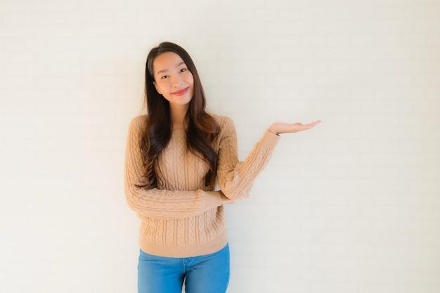 Bello giovane sorriso asiatico della donna del ritratto felice in molte azioni