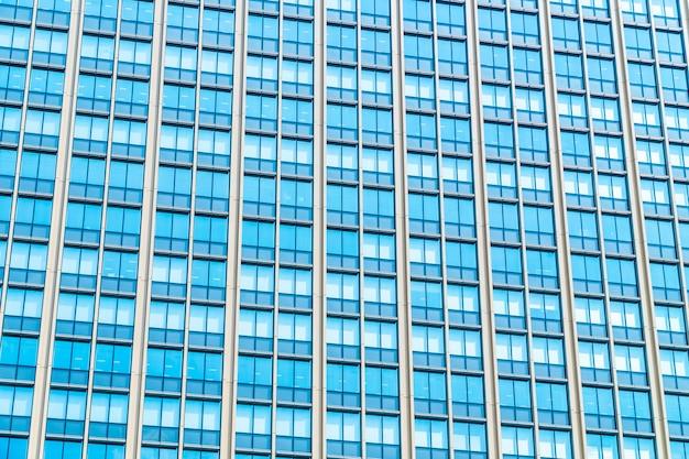 Bello grattacielo dell'edificio per uffici di architettura con il modello di vetro di finestra