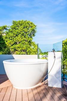 Bello interiore bianco della decorazione della vasca da bagno di lusso del bagno