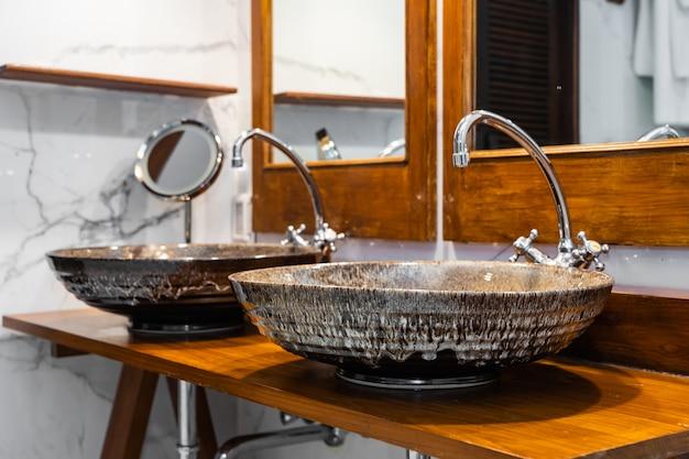 Bello interno della decorazione del lavandino e del rubinetto di acqua in bagno