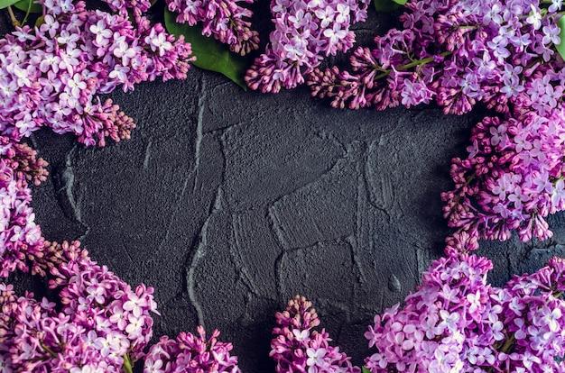 Bello lillà su fondo di pietra scuro