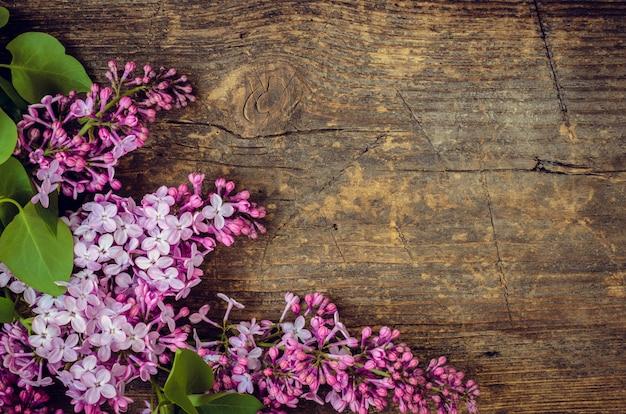 Bello lillà su un fondo di legno