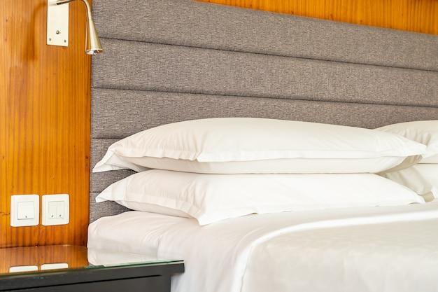 Bello lusso bianco comodo cuscino e coperta decorazione interna della camera da letto