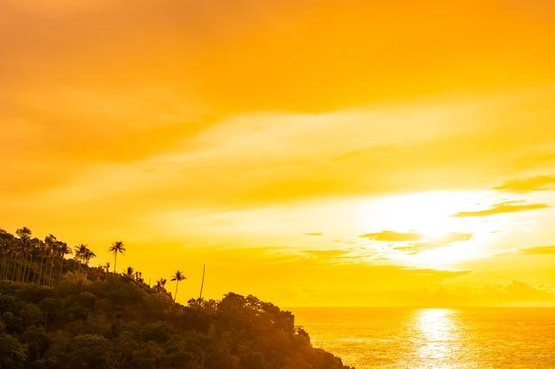 Bello mare tropicale all'aperto della spiaggia intorno all'isola di samui con l'albero del cocco e altro a tempo di tramonto