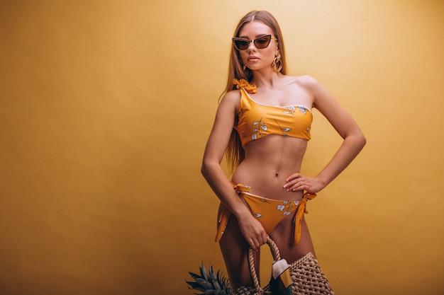 Bello modello della donna nel vestito di swimminmg isolato