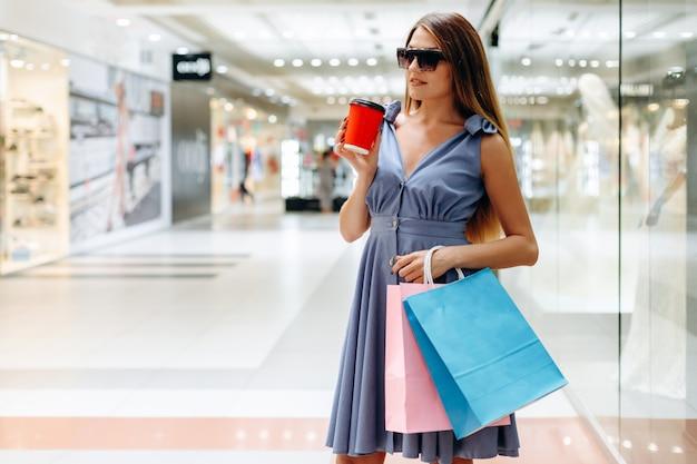 Bello modello in occhiali da sole nel centro commerciale