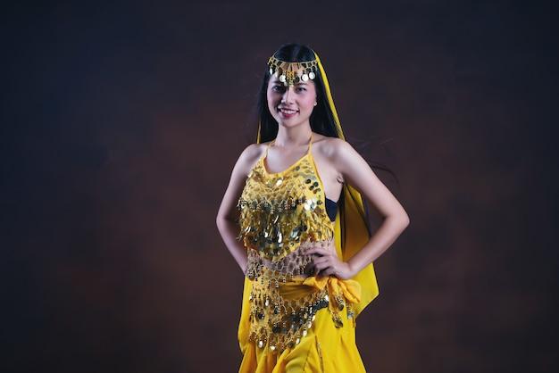Bello modello indiano giovane della donna indù. saree giallo tradizionale del costume indiano.