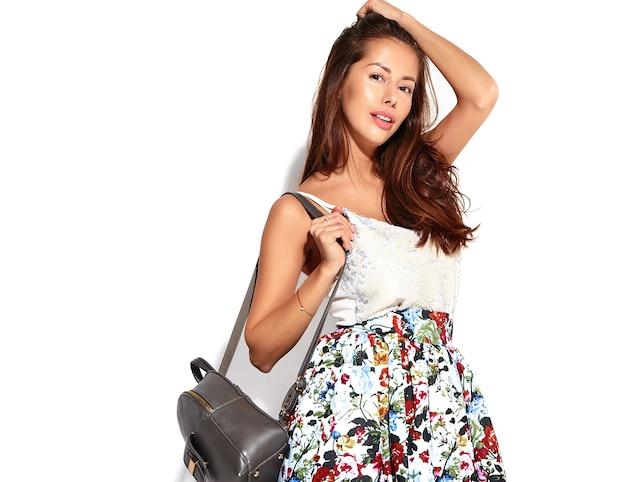 Bello modello sveglio della donna del brunette del ritratto in vestiti casuali di estate senza trucco isolato su bianco