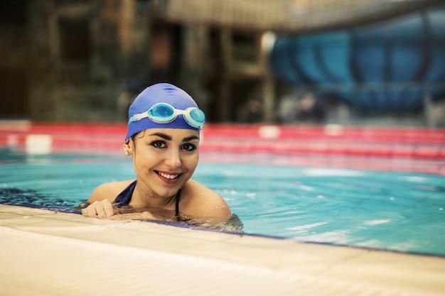 Bello nuotatore sorridente