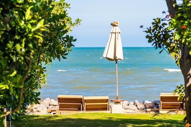 Bello paesaggio all'aperto della natura con lo sdraio della base intorno alla piscina nel ricorso dell'hotel