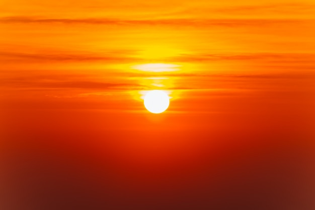 Bello paesaggio ardente di tramonto e cielo arancione sopra esso.