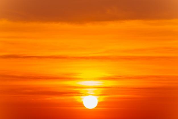 Bello paesaggio ardente di tramonto e cielo arancione sopra esso