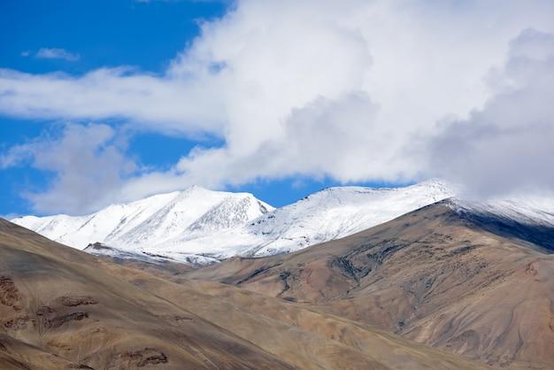 Bello paesaggio con il picco della neve della gamma himalayana in leh ladakh, india del nord