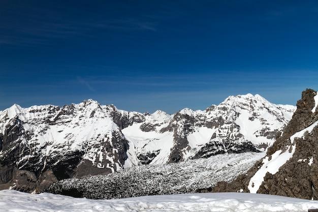 Bello paesaggio con le montagne innevate. cielo blu. orizzontale. alpi, austria.