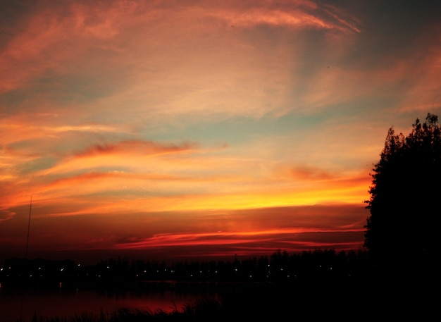 Bello paesaggio crepuscolare di tramonto di sera