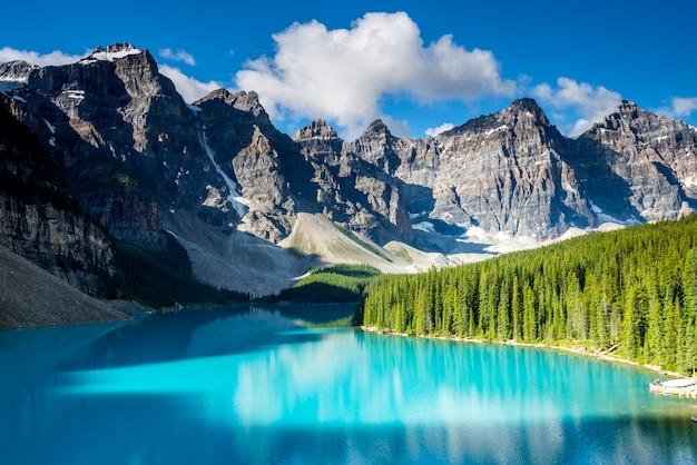 Bello paesaggio del lago morena nel parco nazionale di banff, alberta, canada