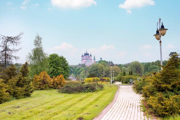 Bello paesaggio del parco di feofaniya in kyiv, ucraina.