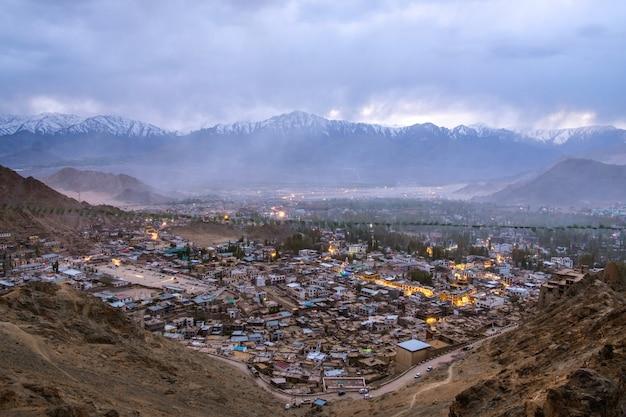 Bello paesaggio della città nella notte del distretto di leh ladakh, parte del nord dell'india