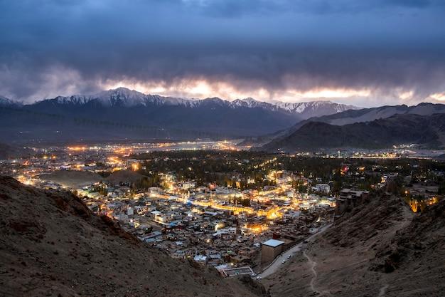 Bello paesaggio della città nella notte del distretto di leh ladakh