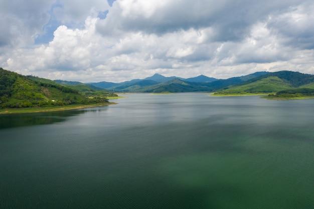 Bello paesaggio della diga con la vista del lago e della montagna alla tailandia, asia.
