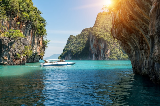 Bello paesaggio della montagna delle rocce e del mare cristallino con il crogiolo di velocità a phuket, tailandia.