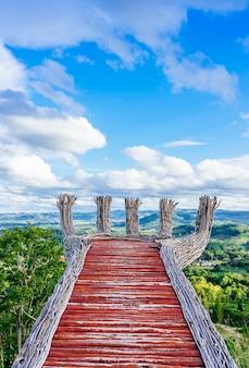 Bello paesaggio della natura del cielo variopinto e del mountain view del kho di punta di khao peak khao a phetchabun, tailandia.