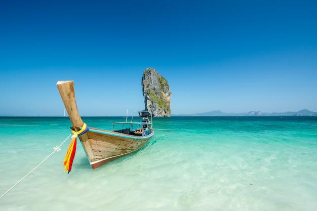 Bello paesaggio della spiaggia in tailandia