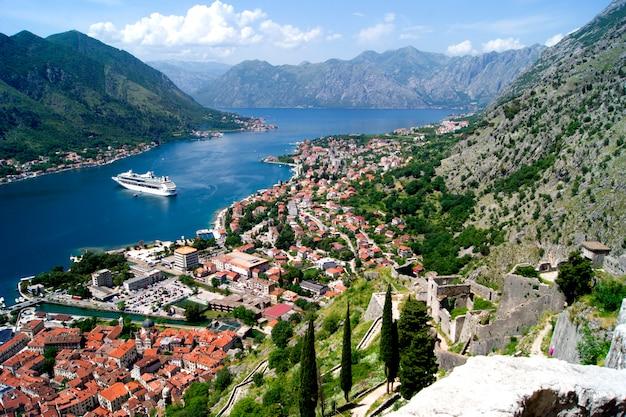 Bello paesaggio di estate di vista del montenegro, città di cattaro