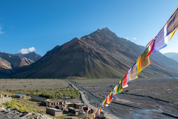 Bello paesaggio in rangdum con lo stupa buddista bianco antico