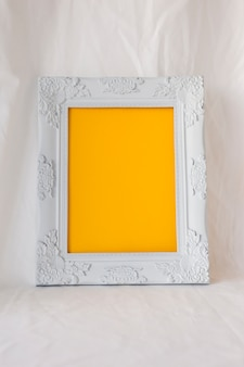 Bello photoframe vuoto in bianco sullo scrittorio bianco