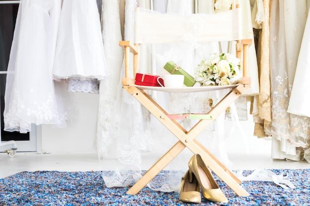 Bello posto di lavoro del locale da sposa o concetto di cerimonia nuziale del vestito da cerimonia nuziale